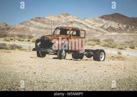 Klassische Ansicht eines alten rostigen Pickup truck Autowrack in der Wüste auf einem schönen, sonnigen Tag mit - Stockfoto