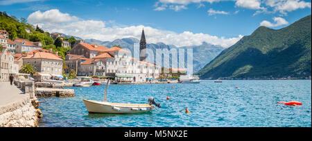 Historische Stadt Perast an der weltberühmten Bucht von Kotor an einem schönen sonnigen Tag mit blauen Himmel und - Stockfoto