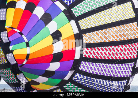 Klicken Sie einen Drachen fliegen! Am Strand dieser Familie Spaß Hobby füllt den Himmel mit Farbe am Kite Festival - Stockfoto