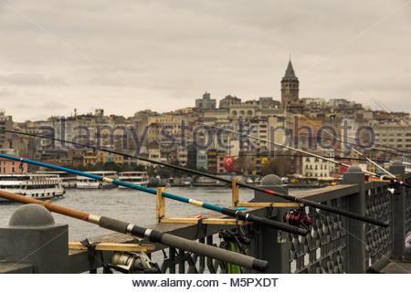 Viele Angelruten werden auf der Galata-brücke der türkischen Stadt Istanbul, dort gibt es keine Fischer in der Nähe - Stockfoto