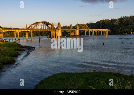 Siuslaw River Bridge in Florenz Oregon trägt uns 101 über die siuslaw River - Stockfoto