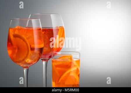 Erfrischende Sommer schwach Alkoholischen Cocktail Aperol Spritz in Einem - Stockfoto