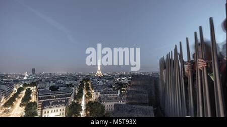 Touristen auf der Oberseite des Arc de Triomphe Fotos zu Eiffelturm bei Nacht - Stockfoto