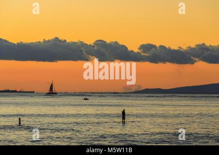 Waikiki Strand bei Sonnenuntergang in Honolulu, Oahu, Hawaii - Stockfoto
