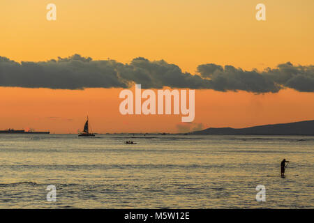 Waikiki Strand bei Sonnenuntergang in Honolulu, Oahu, Hawaii - Stockfoto