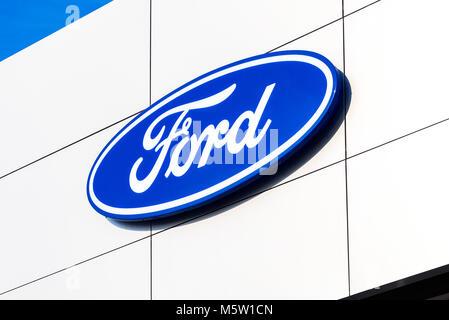 Samara, Russland - 24. Februar 2018: Händler anmelden Ford auf das Amt des offiziellen Händler. Ford Motor Company - Stockfoto