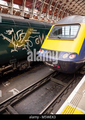Zwei GWR Züge am Bahnhof Paddington, London, England. - Stockfoto