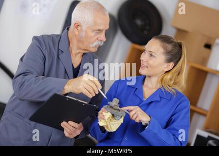 Ältere männliche und weibliche Ingenieure arbeiten zusammen - Stockfoto