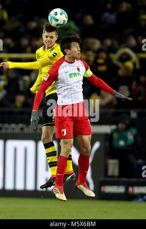 Dortmund. 26 Feb, 2018. Julian Weigl (Zurück) von Borussia Dortmund Mias mit Koo Ja-cheol des FC Augsburg beim Bundesligaspiel - Stockfoto