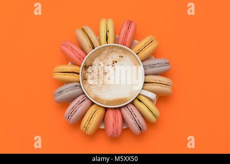Pastellfarben macarons Um eine Tasse Kaffee - Stockfoto