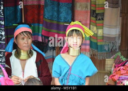 Lange Hals Frauen in einem Stamm in der Nähe von Chiang Mai im Norden von Thailand.