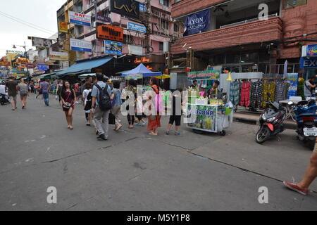 Khao San Road ist eine kurze Straße im Zentrum von Bangkok, Thailand - Stockfoto