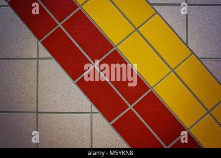 Gelb und Rot matt Rutschfeste Fliesen - Stockfoto