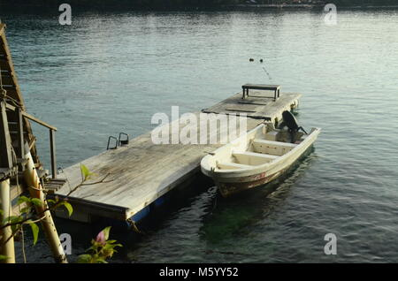 Boot ond Holzterrasse am Morgen - Stockfoto