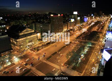 Das Teatro Colon, Links, und der Avenida 9 de Julio in Buenos Aires sind in der Dämmerung von oben auf dem Hotel - Stockfoto
