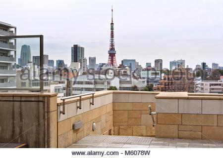 Tokyo Tower mit dem Minato Stadtbild von Roppongi Hills gesehen - Stockfoto