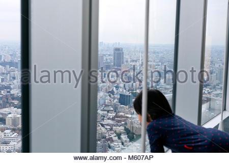 Kind mit Blick auf den Tokyo Antenne Stadtbild von der Miro Tower Observation in Roppongi Hills - Stockfoto