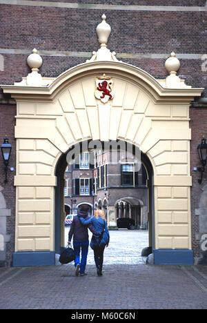 Junges Paar gehen unter das Tor zu Binnenhof, Den Haag, Niederlande - Stockfoto