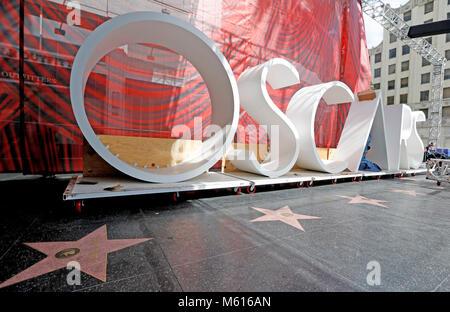 Los Angeles, USA. 27 Feb, 2018. Die Zeichen von Oscars sind aus Dolby Theater während der Vorbereitungen für den - Stockfoto