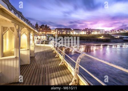 Cromer Pier viktorianischen Unterstände - Einer der größten Piers in England hinausragende aus Cromer Stadt in Norfolk. - Stockfoto