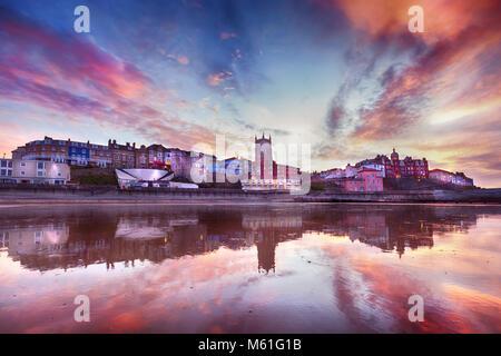 Himmel in Flammen in Cromer Stadt - Fabelhafte suchen Himmel und Reflexion in der Umgebung des malerischen Küstenstadt - Stockfoto