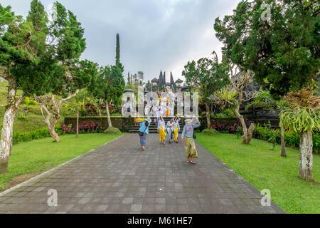 Besucher erforschen die immensen Pura Besakih Tempel (aka Mutter Tempel von besakih) - Stockfoto