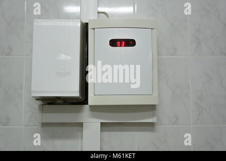 Temperatursensor in der Sauna. Die Temperatur ist 93 Grad. - Stockfoto