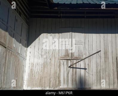 Weiß lackiertem Holz und Rollläden mit einer Waschmaschine Pol - Stockfoto