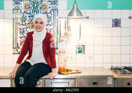 Malakeh Jazmati, syrische TV-Star einer Kochshow, Kochbuchautor, Flüchtling, leben im Exil in Berlin, Deutschland. - Stockfoto