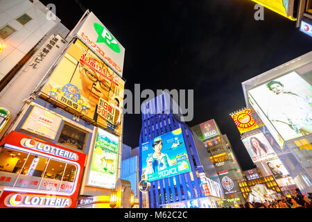 Osaka, Japan - 29. April 2017: Helles Neon Schild und die Masse der Leute am Eingang von ebisu Bashi-Suji Einkaufsstraße - Stockfoto