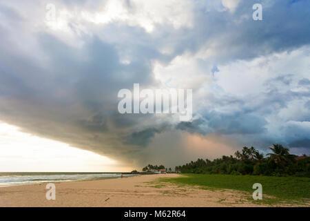 Induruwa Beach, Sri Lanka, Asien - beeindruckend Wolken und Licht bei Sonnenuntergang am Strand von Induruwa - Stockfoto