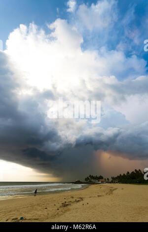Induruwa Beach, Sri Lanka, Asien - riesige Wolken und Hintergrundbeleuchtung bei Sonnenuntergang am Strand von Induruwa - Stockfoto
