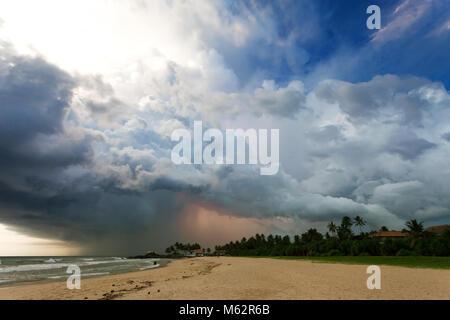 Induruwa Beach, Sri Lanka, Asien - eindrucksvolle Gewitter bei Sonnenuntergang am Strand von Induruwa - Stockfoto