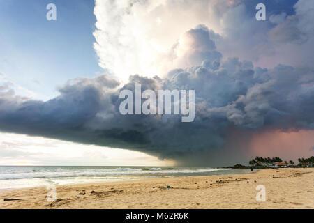Induruwa Beach, Sri Lanka, Asien - ein gigantischer Sturm Wolke über dem Strand von Induruwa - Stockfoto