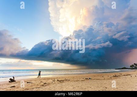 Induruwa Beach, Sri Lanka, Asien - herrliche Landschaft und Himmel bei Sonnenuntergang am Strand von Induruwa - Stockfoto