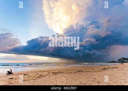 Induruwa Beach, Sri Lanka, Asien - Wetter Phänomen bei Sonnenuntergang am Strand von Induruwa - Stockfoto