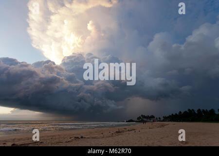 Induruwa Beach, Sri Lanka, Asien - Overclouded Landschaft bei Sonnenuntergang am Strand von Induruwa - Stockfoto