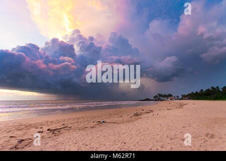 Induruwa Beach, Sri Lanka, Asien - bunte Wolken und Licht bei Sonnenuntergang am Strand von Induruwa - Stockfoto