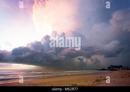 Induruwa Beach, Sri Lanka, Asien - beleuchtete Wolken und Licht bei Sonnenuntergang am Strand von Induruwa - Stockfoto