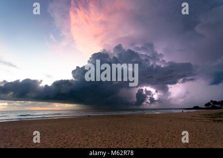 Induruwa Beach, Sri Lanka, Asien - Donner und Blitz bei Sonnenuntergang am Strand von Induruwa - Stockfoto