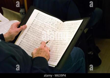 Chor Sänger Holding musikalische Kerbe - Stockfoto