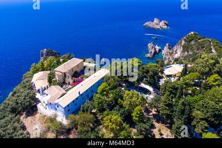 Paleokastrita Kloster aus dem 13. Jahrhundert. Wichtige touristische Attraktion. Insel Korfu Kerkyra, Griechenland, - Stockfoto