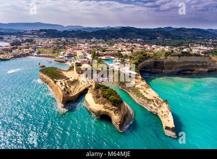 Canal d'Amour, Korfu Korfu, Griechenland. Der bekannteste Strand auf der Insel, mit seinem türkisblauen Wasser und - Stockfoto