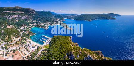Panoramablick auf die Bucht von Paleokastrita, Korfu, Korfu, Griechenland. Luftaufnahme von einer Drohne. - Stockfoto