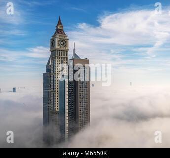 26. Dezember 2017 - Dubai, UAE. Wolkenkratzer aus dichtem Nebel am frühen Morgen. - Stockfoto