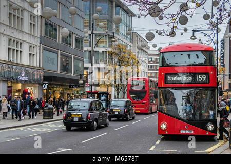 Nr. 159 Bus in Streatham, in der Oxford Street, London zur Weihnachtszeit, roten Londoner Busse sind ein iconic - Stockfoto