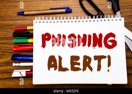 Wort, Schrift, Phishing Alert. Business Konzept für Betrügereien Achtung Gefahr auf dem Notebook geschrieben, Holz - Stockfoto