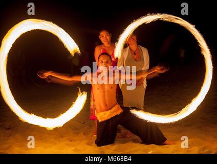 Filipino Feuer Tänzer für Touristen am Strand bei Nacht am weißen Strand von Puerto Galera, Oriental Mindoro, Philippinen. - Stockfoto
