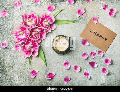 Tasse Kaffee mit Tulpe Blumen umgeben und melden Happy - Stockfoto