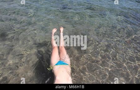 Frau schwimmt im Meer, Punta Negra, Mallorca, Spanien - Stockfoto
